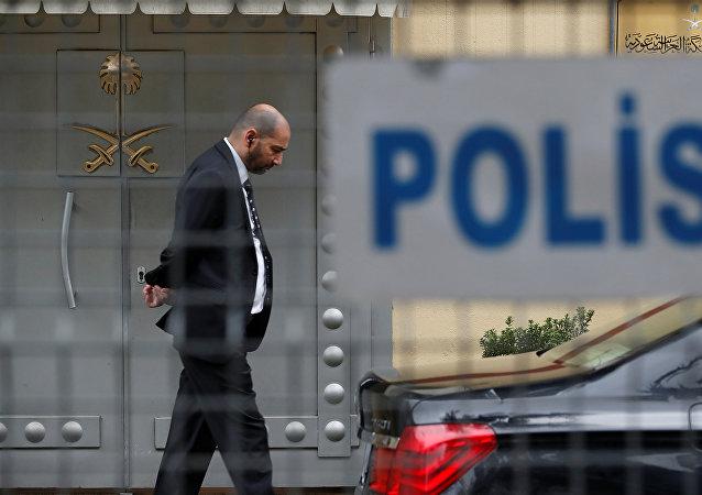 أحد أفراد الأمن يقف عند مدخل القنصلية السعودية في اسطنبول