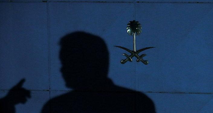ظل فرد من طاقم الأمن عند مدخل القنصلية السعودية في إسطنبول