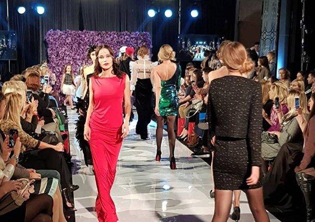 مجموعة من أزياء المصممة السورية، ايفلين عبيد ، في ملتقى أيام الأزياء العربية في موسكو