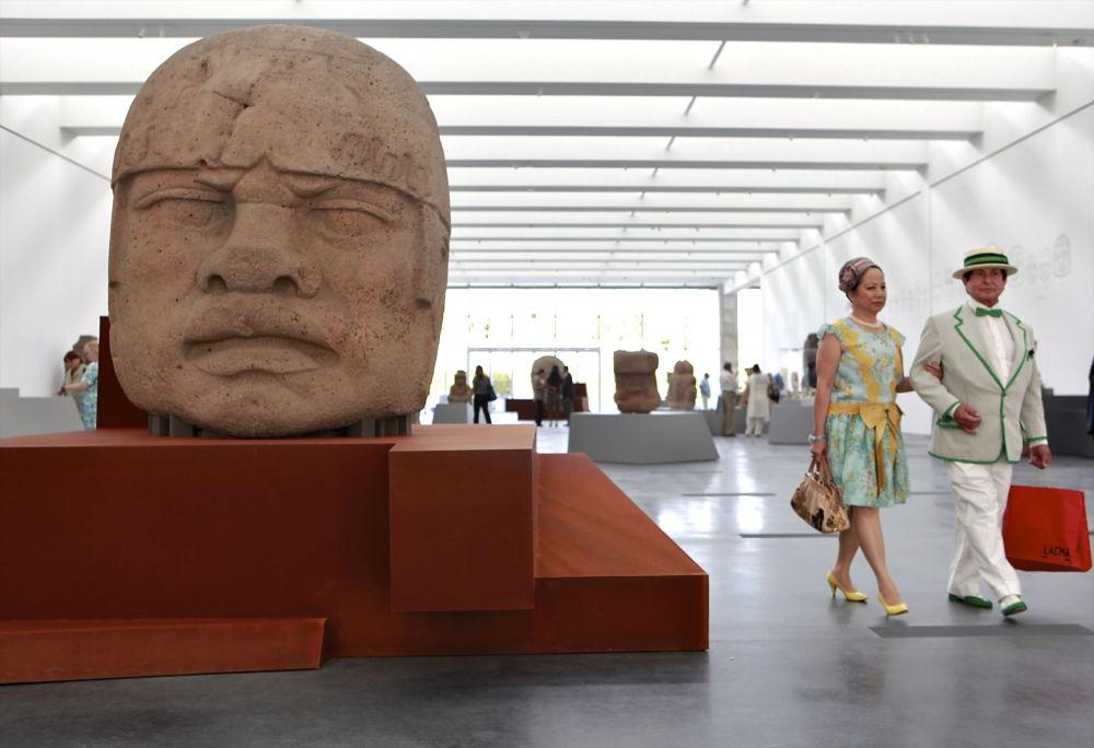 في هذه الصورة التي تم التقاطها في 27 سبتمبر/ أيلول 2010، يعتبر هذا الرأس المصنوع من البازلت، في الفترة 1200-1900 ق.م. التي تزن 7170 رطلاً، جزءًا من حضارة أولميكس في المكسيك القديمة، بجناح المعرض في متحف لوس أجلوس كاونتي للفنون.