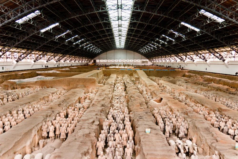 جيش تيراكوتا - هو أحد عجائب الدنيا. تم تشييده في عام 200 ق.م. من قبل الإمبراطور الأول في الصين، ويضم الجيش 8000 جندي بالحجم الطبيعي بالإضافة إلى الخيول والمركبات. لا يوجد جنديان متطابقان. تشير التقديرات إلى أن 700،000 شخص عملوا على بناء المقبرة. فقد هذا الموقع، ولم يتم اكتشافه حتى عام 1974. ومنذ ذلك الحين، كان هناك عمليات حفر وترميم للأرقام. تم اكتشاف جزء صغير فقط وتمت إعادته إلى موضعه الأصلي.