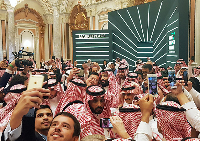ولي العهد السعودي محمد بن سلمان يلتقط سيلفي مع الجمهور في مؤتمر مبادرة الاستثمار المستقبلي في الرياض، 23 أكتوبر/ تشرين الأول 2018