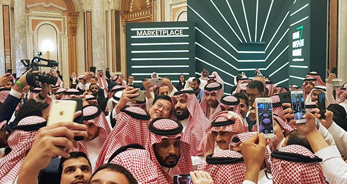 العاهل السعودي محمد بن سلمان يلتقط سيلفي مع الجمهور في مؤتمر مبادرة الاستثمار المستقبلي في الرياض، 23 أكتوبر/ تشرين الأول 2018