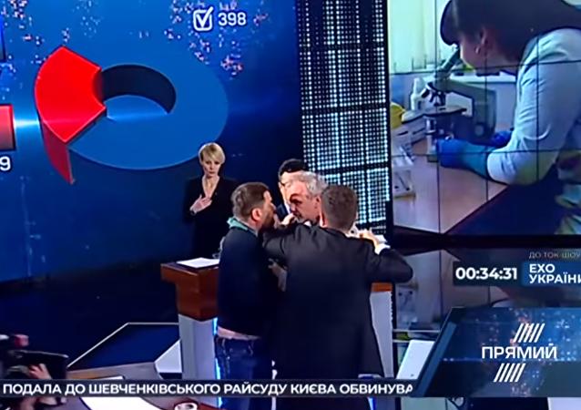 معركة بالأيدي بين نائب أوكراني ورئيس منظمة على الهواء مباشرة