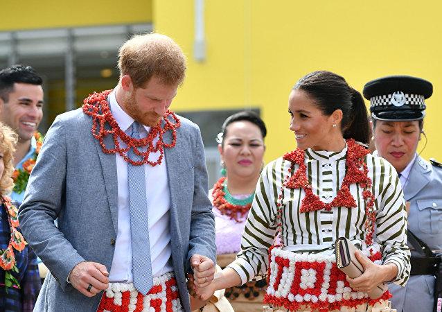 هاري وميغان يرتديان ملابس تونغا التقليدية