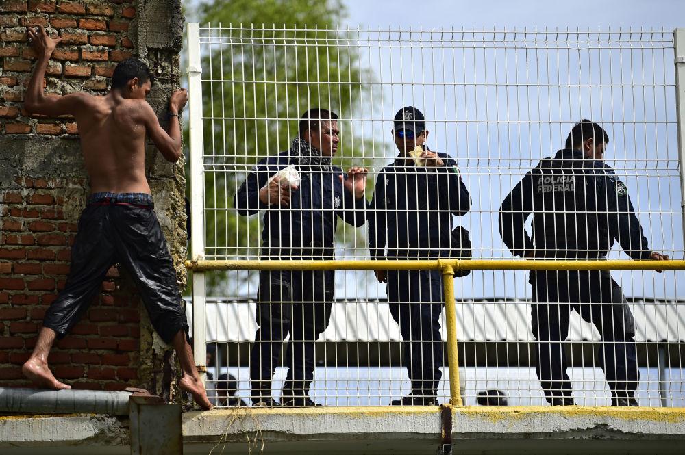 قافلة من المهاجرين على حدود المكسيك و غواتيمالا، يتجهون إلى حدود الولايات المتحدة الأمريكية  20 أكتوبر/ تشرين الأول 2018