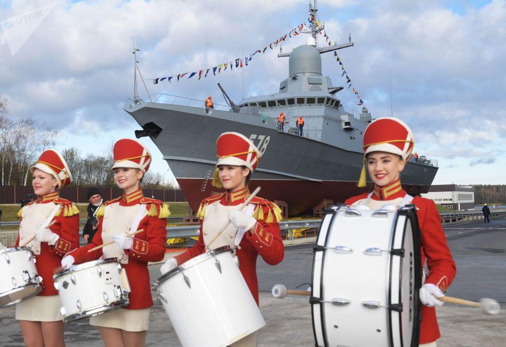 مراسم احتفالية قبل اطلاق سفينة بوريا من مشروع 22800 في مصنع بيلا في لينينغرادسكايا أوبلاست