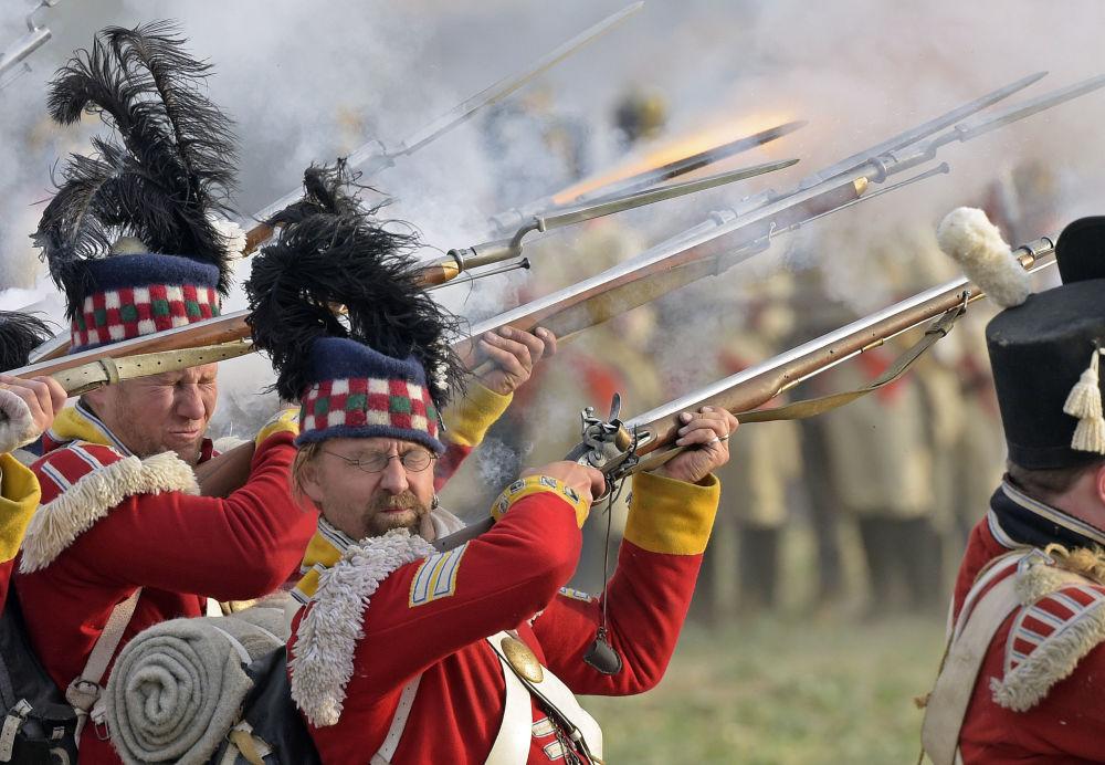 مشاركون في فعالية محاكاة حدث تاريخي وإحياء الذكرى الـ 205 لـ معركة الأمم بالقرب من لايبزيغ، التي وقعت ما بين 16-19 أكتوبر/ تشرين الأول عام 1813، بين روسيا وبروسيا والنمسا والسويد