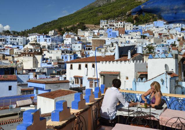 سياح يجلوسن على شرفة مطعم يطل على مدينة شفشاون في المغرب