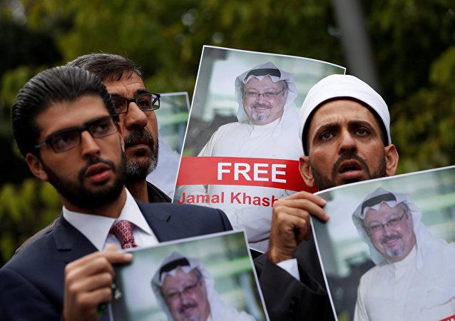 نشطاء يحملون صور الصحفي السعودي جمال خاشقجي في اسطنبول، تركيا 8 أكتوبر/ تشرين الأول 2018