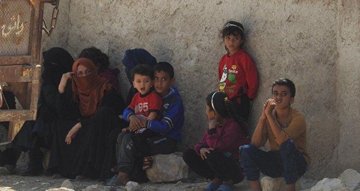 عائلات سورية غادرت مناطق الإرهابيين عبر الممرات الإنسانية التي افتتحتها الدولة السورية بالتعاون مع الروس