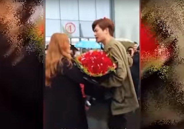 شاب يتقدم لطلب يد فتاة بسيارة لامبورغيني في الصين