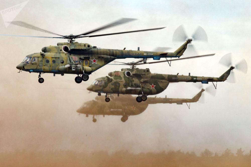 عملية إنزال لمروحية مي-8 في إطار مناورات فوستوك-2018 (الشرق-2018) في حقل تسوغول في منطقة زابايكالسكي كراي الروسي