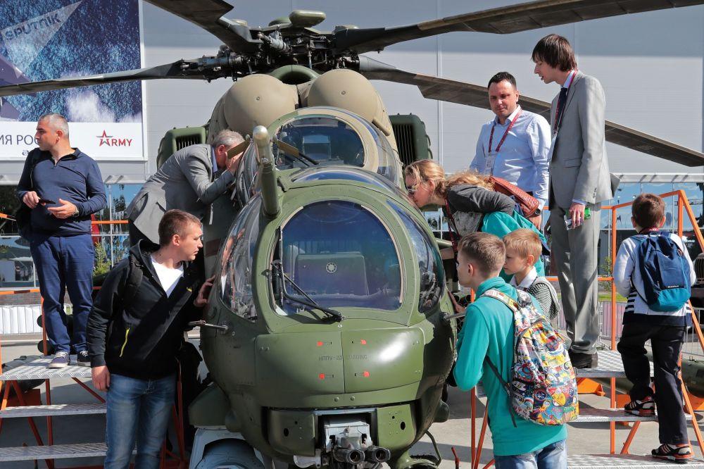 زوار يتفقدون مروحية للنقل العسكري مي-35 إم، في معرض المنتدى العسريك الدولي أرميا-2018 (الجيش-2018) في كوبينكا بضواحي موسكو