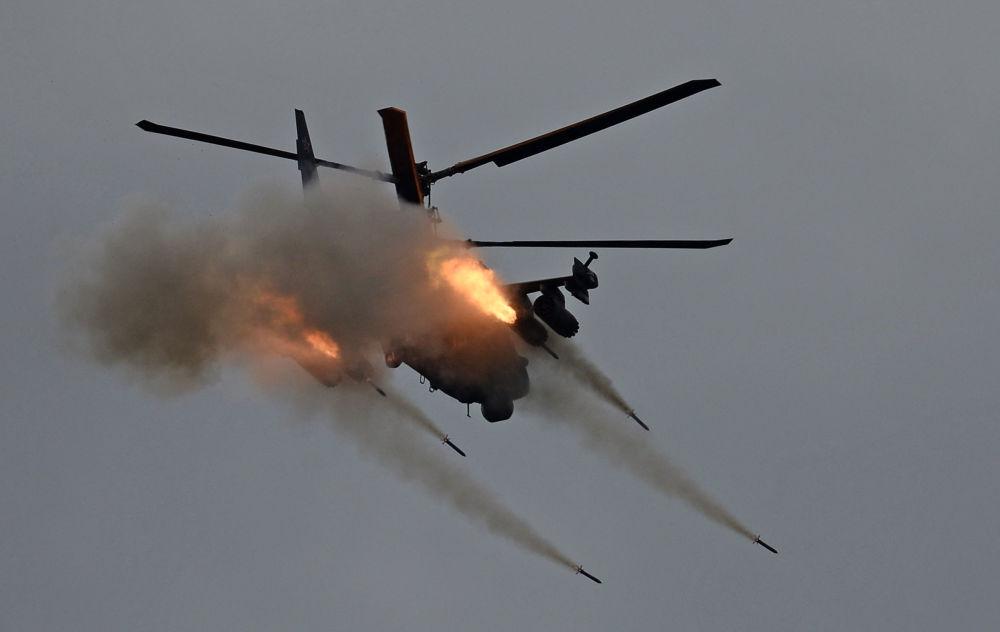 المروحية كا-52 (أليغاتور) خلال منتدى أرميا-2016 الدولي (الجيش 2016) في حقل ألابينو بضواحي موسكو