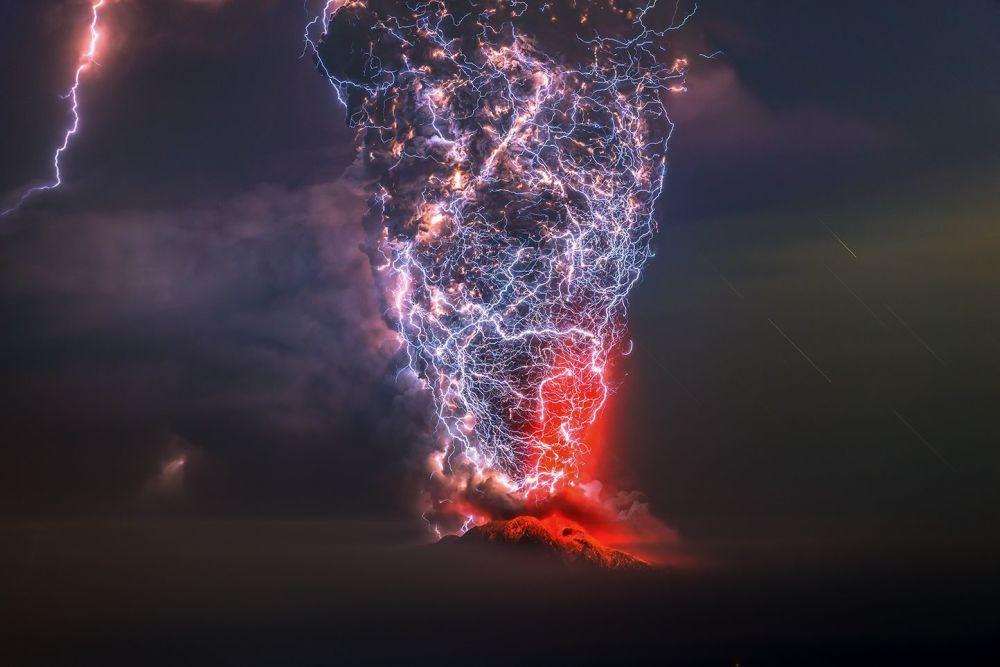 صورة بعنوان El Calbuco، للمصور فرانشيسكو نيغروني، الحاصل على المرتبة الأولى في فئة جمال الطبيعة