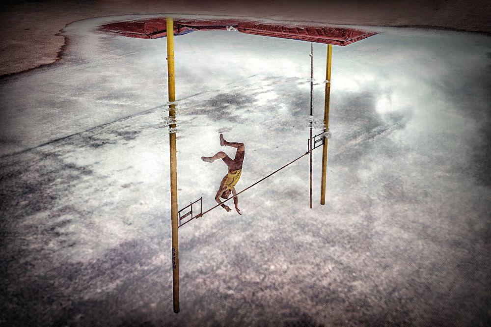صورة بعنوان Reflection pole vault، للمصور أجورياغيرا سيز بيدرو لويس، الحاصل على المرتبة الأولى في فئة الرياضات