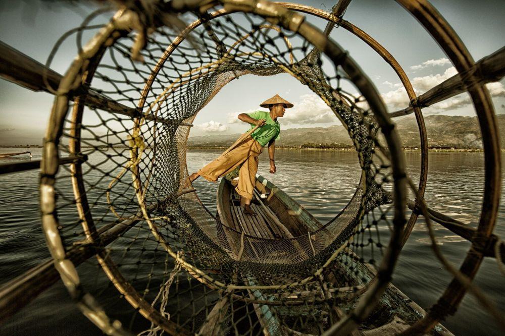صورة بعنوان Fisherman at Inle Lake، للمصور ينجي بان، الحاصل على المرتبة الأولى في فئة ما تحت العشرين