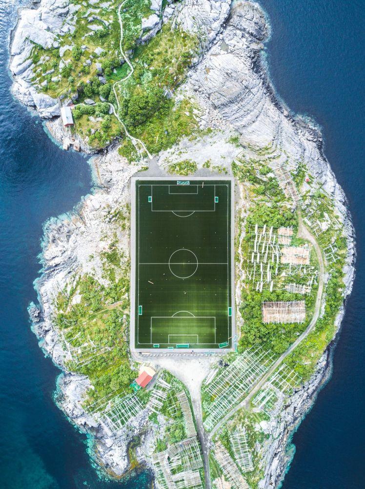 صورة بعنوان Henningsvær Football Field، للمصور ميشا دي-سترويف، الحاصل على المرتبة الثانية في فئة الهندسة المعمارية والمساحات الحضرية