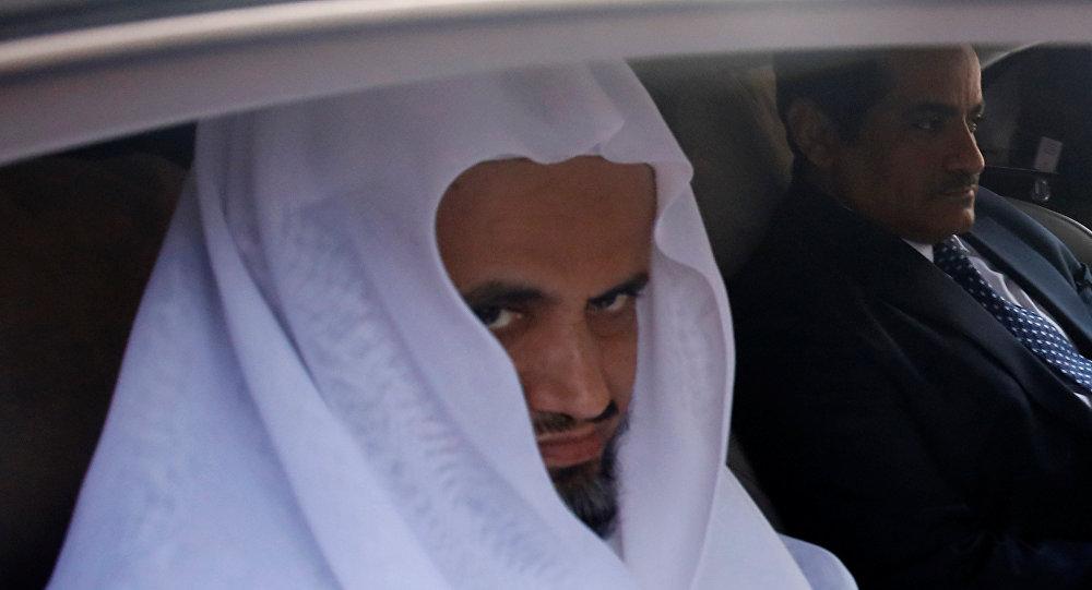 النائب العام السعودي سعود المعجب في أثناء زيارته قنصلية بلاده في إسطنبول