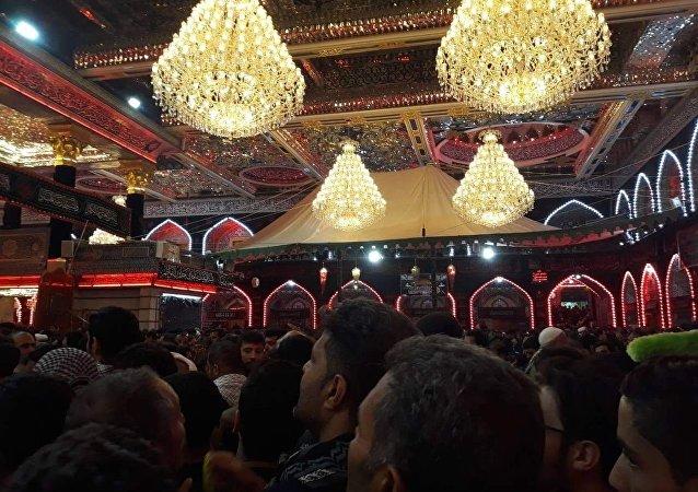 زوار مدينة كربلاء العراقية يحيون شعائرهم الدينية