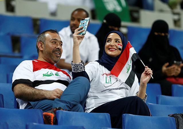عراقيون أثناء مباراة كرة القدم بين منتخبي العراق والسعودية في العاصمة الرياض