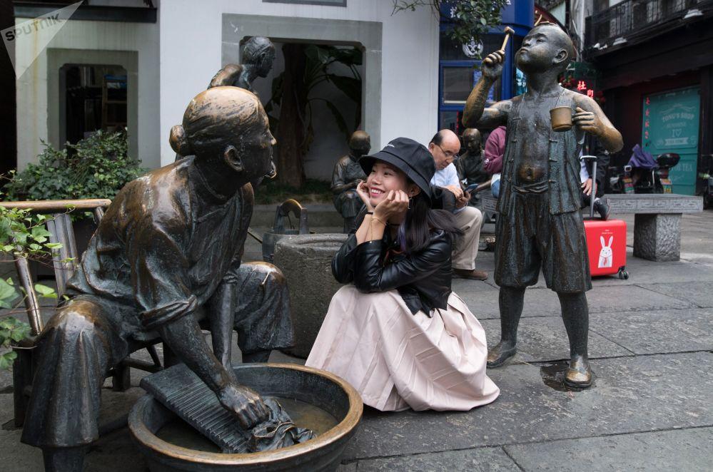 تماثيل برونزية في شارع المشاة في مدينة هانغتشو في الصين