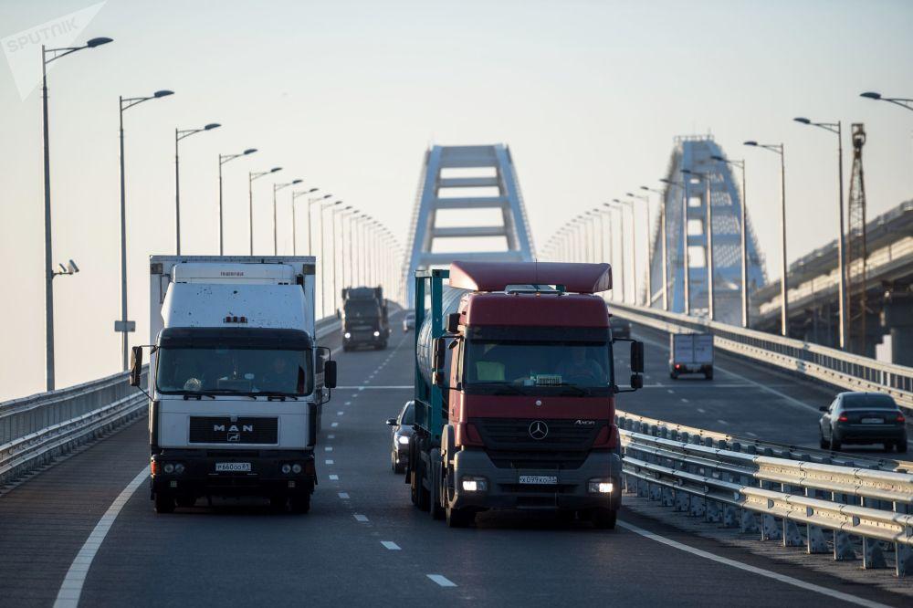رفع القيود المفروضة على حركة المركبات والشاحنات الثقيلة أكثر من 3.5 طن على جسر القرم