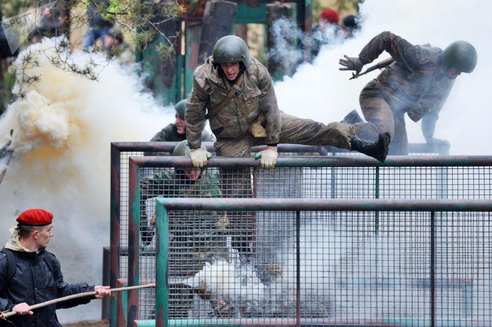 القوات الخاصة البيلاروسية خلال مرحلة التأهيل لاختبار الحق في ارتداء القبعة الحمراء في المركز التدريبي للقوات البيلاروسية بالقرب من مينسك، بيلاروسيا