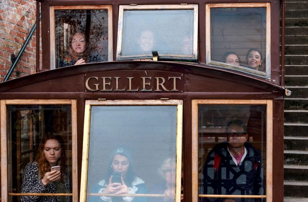 سياح في مقطورة للنقل في بودابست