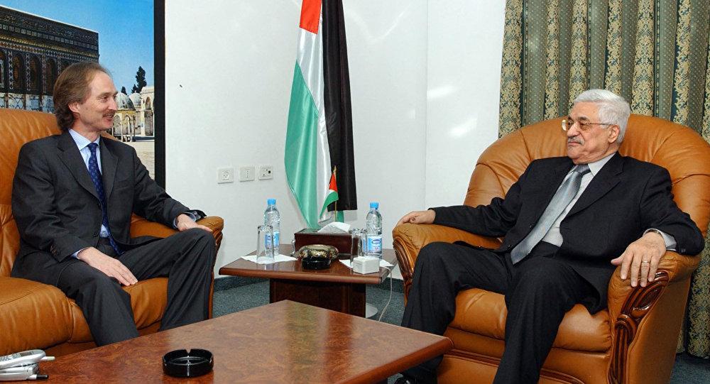 غير بيدرسن مع الرئيس الفلسطيني محمود عباس خلال اجتماعهما في مكتب عباس بمدينة رام الله بالضفة الغربية يوم الثلاثاء ، 11 يناير / كانون الثاني 2005.