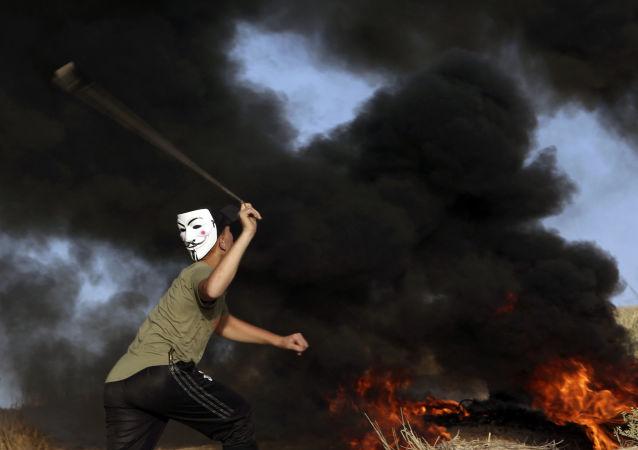 أحد المتظاهرين الفلسطينيين على الحاجز الحدودي بين قطاع غزة وإسرائيل، في بيت لاهيا شمال القطاع، 29 أكتوبر/ تشرين الأول 2018