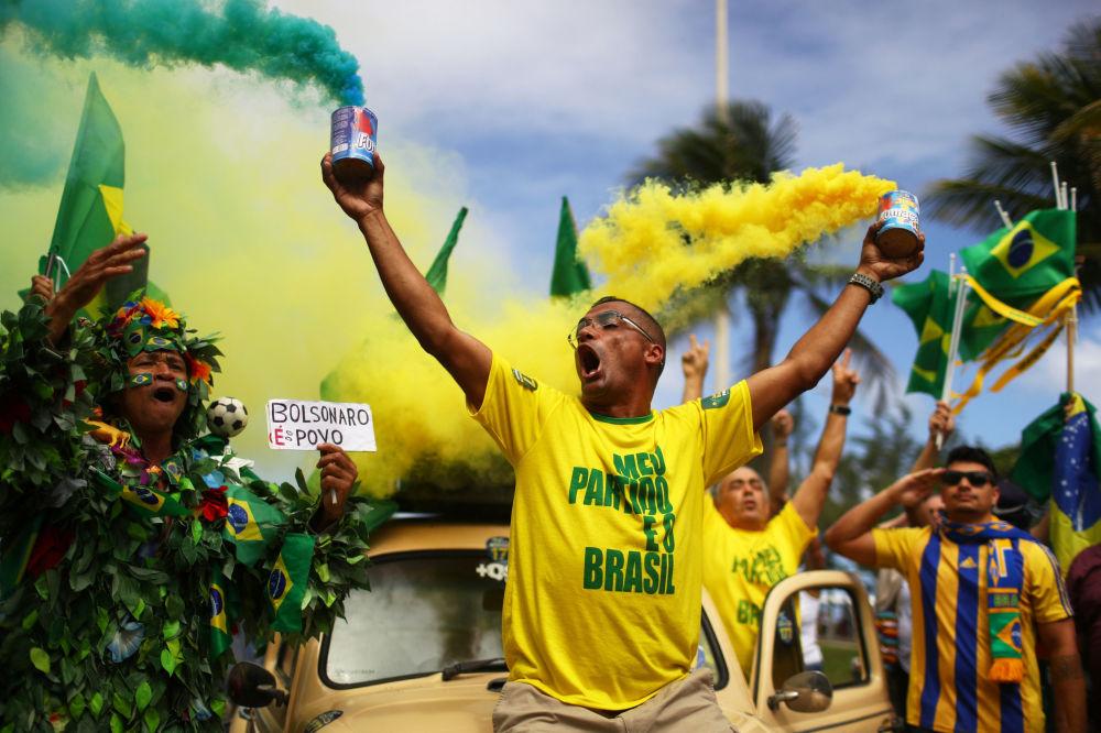 رد فعل أنصار يائير بولسونارو، المشرع اليميني المتطرف والمرشح للرئاسة من الحزب الاجتماعي الليبرالي، في أثناء جولة الانتخابات في ريو دي جانيرو، البرازيل في 28 أكتوبر/ تشرين الأول 2018