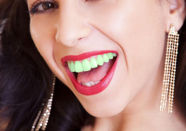 فتاة بأسنان خضراء