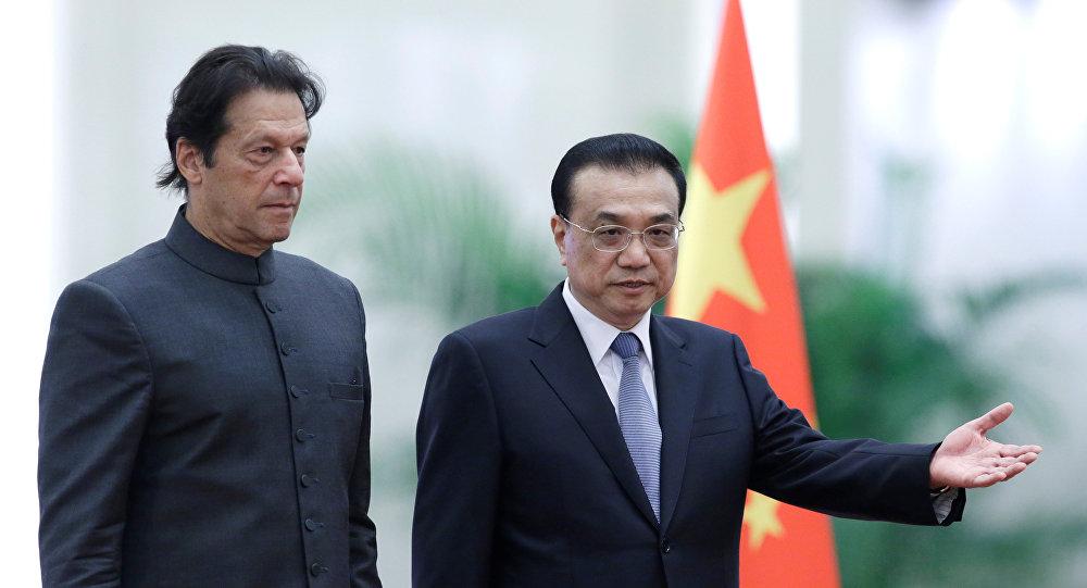 رئيس الوزراء الباكستاني عمران خان مع نظيره الصيني لي كه تشيانغ في العاصمة الصينية بكين، 2 نوفمبر/تشرين الثاني 2018