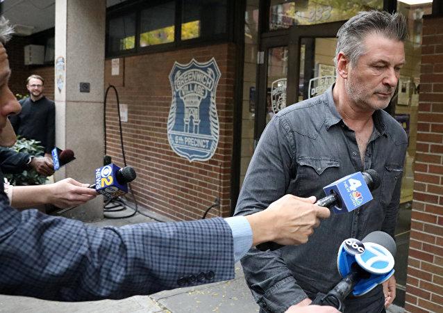 الممثل الأمريكي أليك بالدوين أثناء خروجه  من الدائرة السادسة لقسم شرطة نيويورك في مانهاتن في نيويورك، 2 نوفمبر/تشرين الثاني 2018