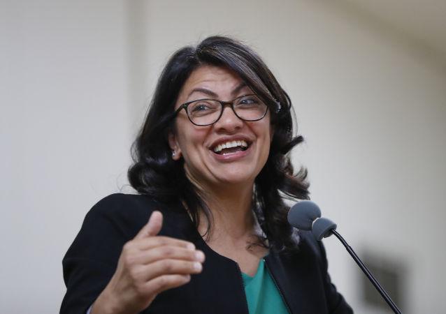 عضو الحزب الديمقراطي في الكونغرس الأمريكي، رشيدة طليب، ذات أصول فلسطينية، خلال الاحتفال بالفوز في الانتخابات النصفية
