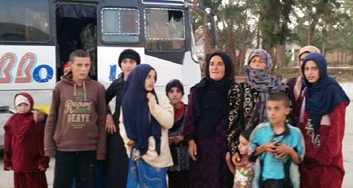 لقطة تظهر بعض المختطفين الذين حررهم الجيش السوري من قبضة داعش الإرهابي