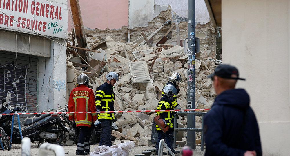 عمال الإنقاذ الفرنسيون يقفون بالقرب من الأنقاض بعد انهيار المباني في وسط مرسيليا، 6 نوفمبر/تشرين الثاني 2018