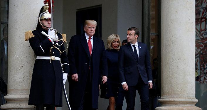 الرئيس الفرنسي إيمانويل ماكرون وزوجته بريجيت ماكرون يرافقان الرئيس الأمريكي دونالد ترامب والسيدة الأولى ميلانيا ترامب أثناء مغادرتهما قصر الإليزيه في باريس