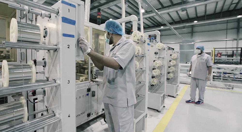 المهندسين في مصنع الألواح الشمسية في الرياض
