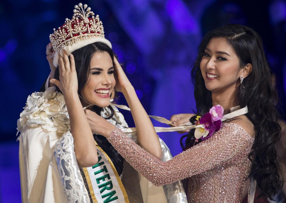 حصول الفائزة الفنزويلية على التاج من قبل الملكة السابقة كيفين ليليانا في مسابقة الجمال ملكة جمال الأمم - 2018 في طوكيو، اليابان