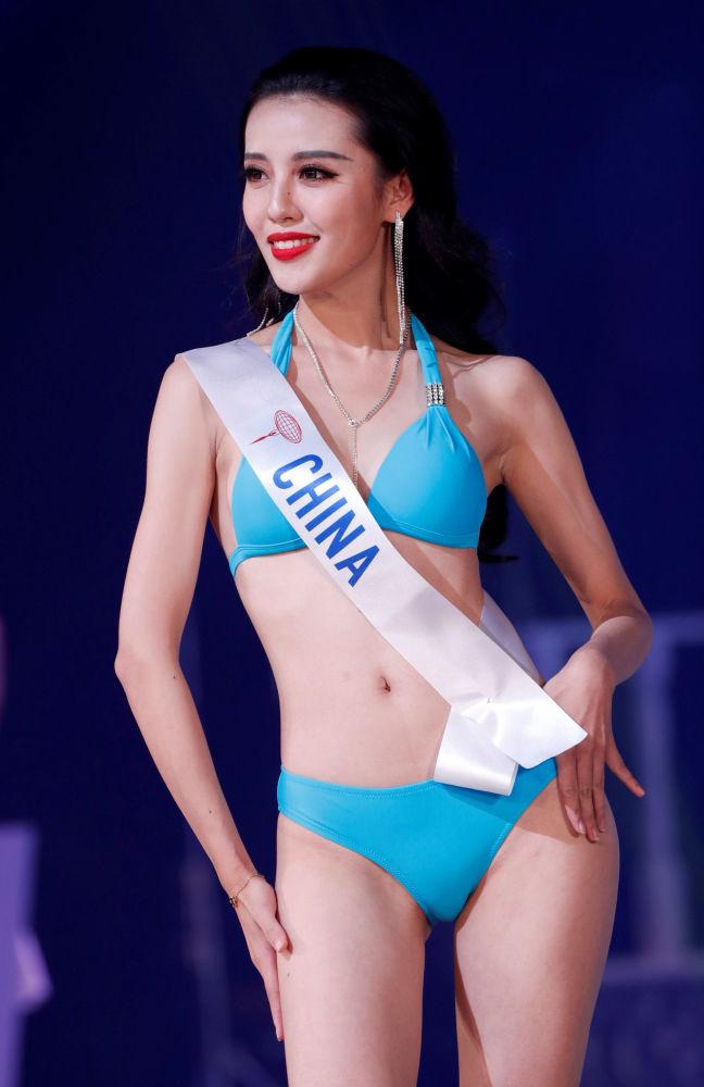 الصينية وانغ تشاويوان المشاركة في مسابقة ملكة جمال الأمم - 2018 في طوكيو، اليابان
