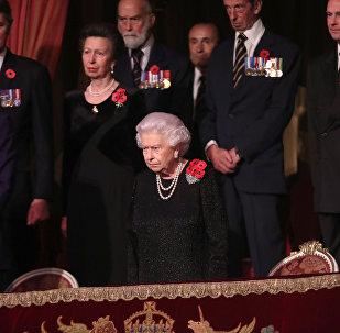الملكة إليزابيث ملكة بريطانيا وكبار أفراد الأسرة المالكة احتفالا بالذكرى المئوية للحرب العالمية الأولى