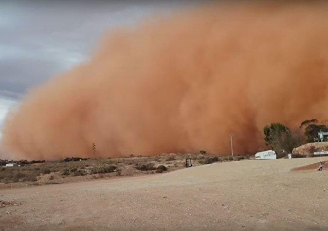 عاصفة ترابية غريبة تغطي مدينة أسترالية