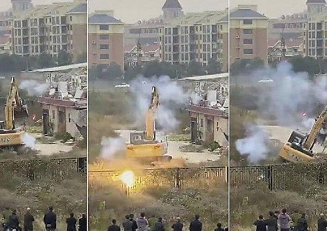 رجل يتغلب على حفارة ضخة ويسقطها أرضا بألعاب نارية