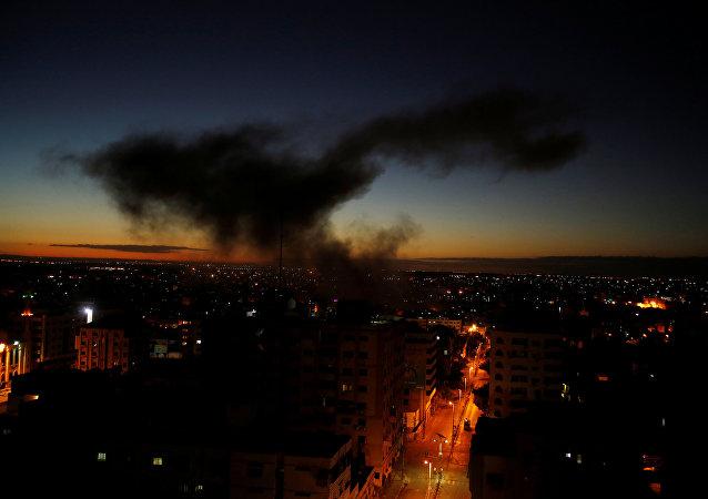 دخان يتصاعد بعد غارة جوية إسرائيلية على مدينة غزة
