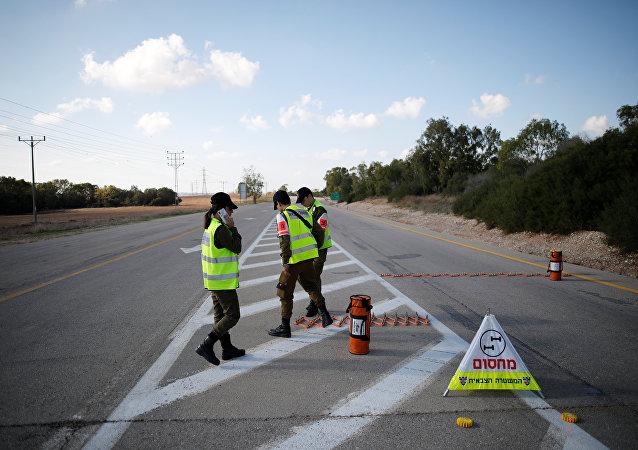 قوات الأمن الإسرائيلية تضع حواجز طرق في كيبوتز ناحال عوز بالقرب من حدود قطاع غزة