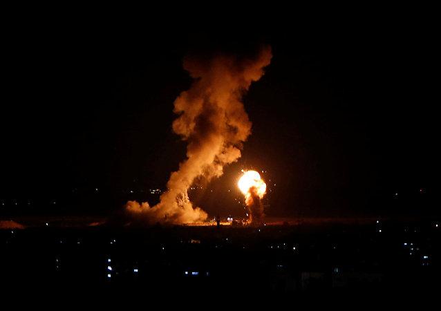 دخان ولهب خلال غارة جوية إسرائيلية في غزة