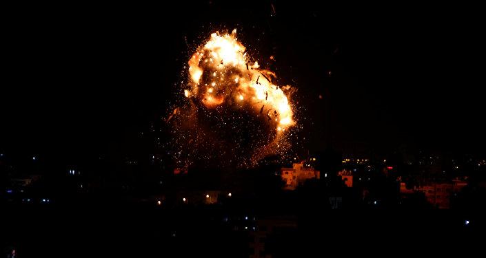 انفجار خلال غارة جوية إسرائيلية على محطة تلفزيون حماس في مدينة غزة
